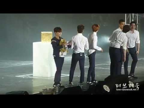 [fancam] 150501 SS6 Singapore - Ryeowook Eunhyuk Donghae having fun with plush bag