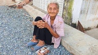 Đi hết nổi nhưng bà cụ 90 tuổi vẫn ngày ngày đẩy chiếc xe đạp không dây xích đi xin ve chai