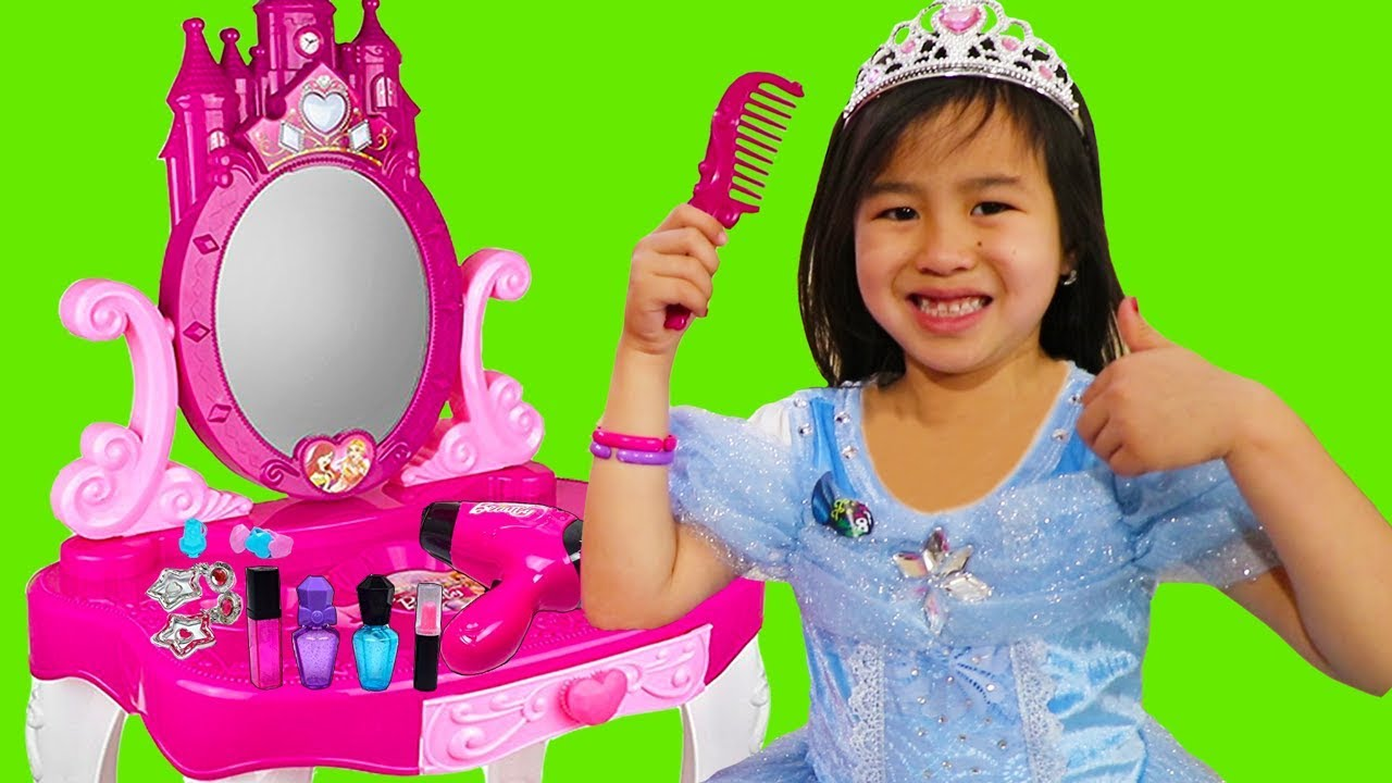 Princess Make-Up Routine Pretend Play with Jannie