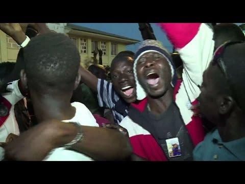 Des Gambiens fêtent le départ de l