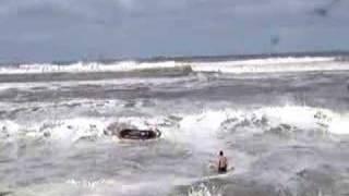 Ressaca na praia de Imbé RS destrói calçadão