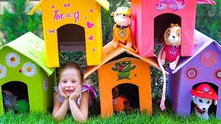 Настя и папа украшают домики для игрушек