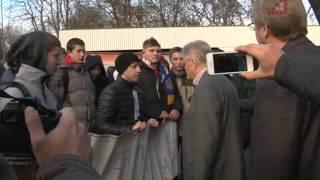 Директор інституту історії Коваленко дискутує із молодими мітингувальниками