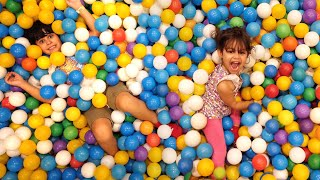 Brincando na Piscina de Bolinha e Escorregador no Parquinho Infantil