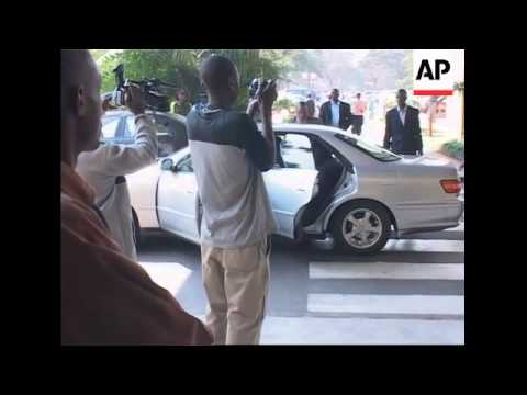 Mugabe and Tsvangirai arrive at hotel for talks