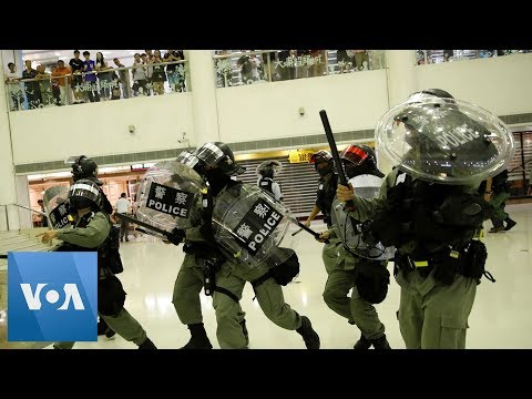 Hong Kong Riot Police Search Shopping Mall to Crack Down On Protesters