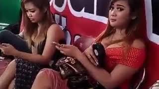 Aksi gila| penyanyi dangdut pamer susu dibelakang panggung