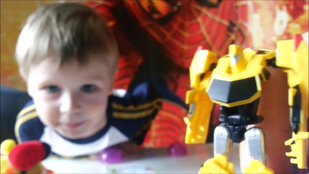 Достаем игрушки из автомата - Распаковка капсул из автомата - Максим играет на площадке