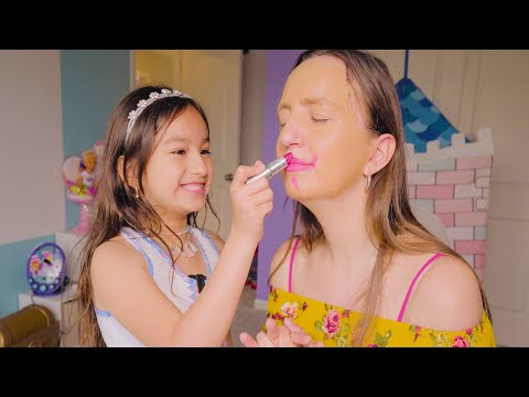pretend play doing Mami's make up - nellita maquillan a mami
