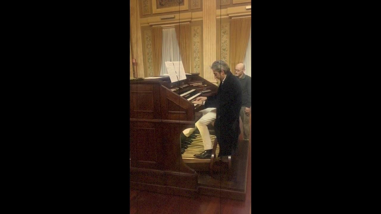 Christian Raimo visita la sala dei concerti dell'istituto dei ciechi. Milano