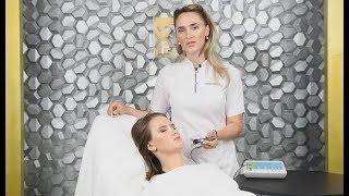 Профессиональный косметолог проводит обучение на аппарате ЭСМА Комби