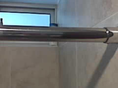 Divisi n para ba o en acero de barra deslizante doovi - Barra cortina bano ...