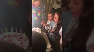 Ляйсан Утяшева и Павел Воля с детьми задувает свечи на торте