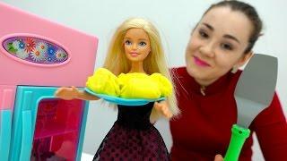 Лепим пельмени с Барби. Валя и Барби идут в магазин