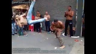 Capoeirista aplica linda técnica de tesoura - Perfeita! thumbnail