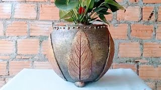 How to make a round flower pot and decorate it with a beautiful earthen leaf