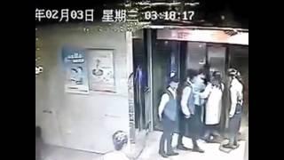 エレベーターに乗り遅れた中国人男性、飛び蹴りしドアを破壊、乗り込も...