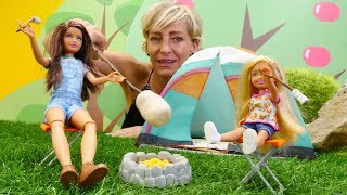 Spielspaß mit Puppen - Nicole und die Barbie Puppen gehen zelten