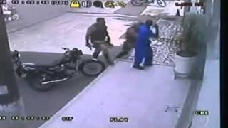 Cameras registram  policiais espancando adolescente na Bahia