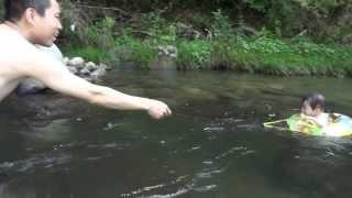 鈴木穂乃香さんです。1歳の時に撮影したものです。 水を怖がらずに楽し...
