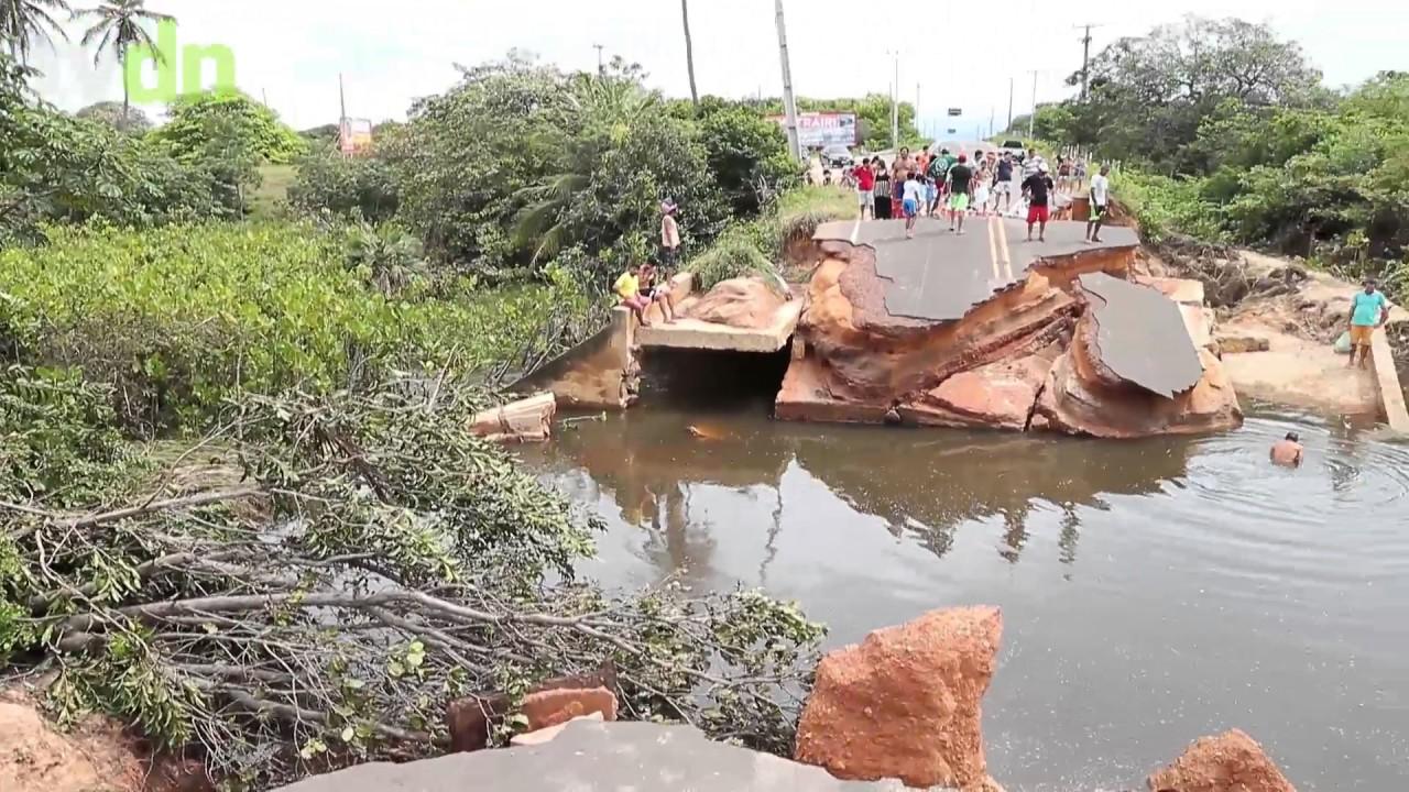 Trecho da CE-163 é destruído após rompimento de barragem em Trairi