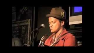 Bruno Mars homenageia a Michael Jackson cantando The way you make me feel