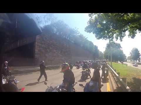 4X4 écrase Moto et le motard et prend la fuite