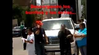 Repartiendo burritos y sodas en la marcha por la paz de acarreados del pri en Chihuahua