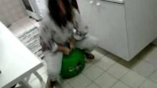 Mariana brincando na bola do Ben10