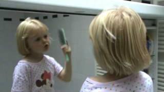 Ella Marie in de badkamer