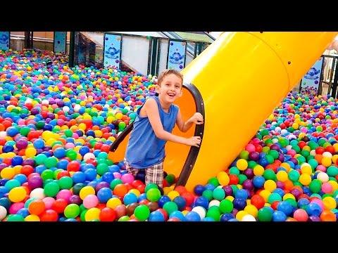 Brincando na Piscina de Bolinhas Gigante p/ Crianças e Loja de Doces - Paulinho, Toquinho e Família