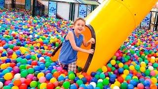 Brincando na Piscina de Bolinhas Gigante para Crianças com Paulinho e Toquinho