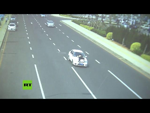 Un conductor arrastra varios metros a un Policía en su coche mientras huye de un control