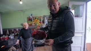 Zabicie świni jest w tej wiosce wyrazem szacunku dla gości! [Szokujące potrawy]