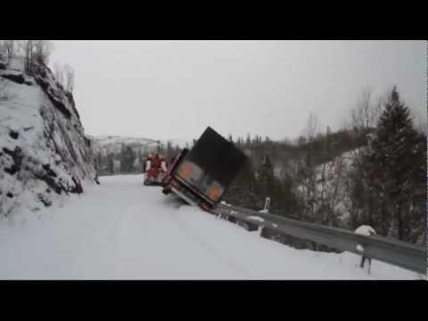 משאיות מתגלשות בשלג