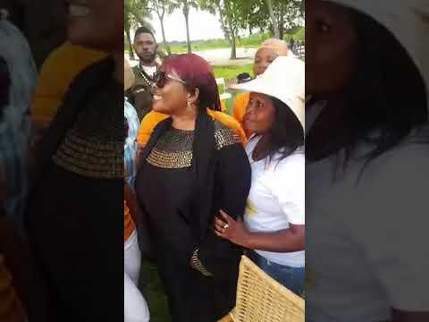 Les belles femmes💋 de #Kinshasa font des photos souvenirs avec #Ma_Mpata🌹