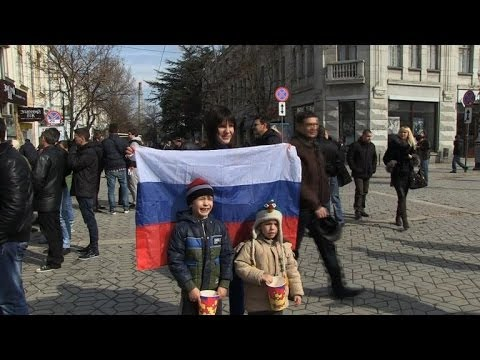 Ukrainians divided over pro-Russian troops in Crimea