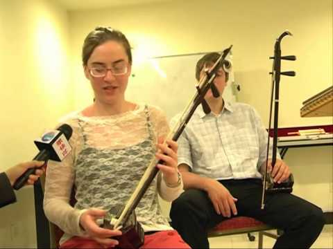 American students play Chinese music instruments