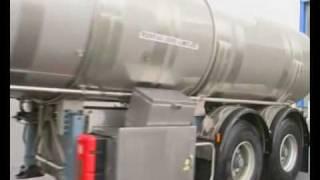 Dépotage du camion citerne à la laiterie - Unloading milk truck at the dairy plant