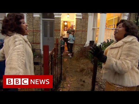 The West End actors performing on doorsteps - BBC News