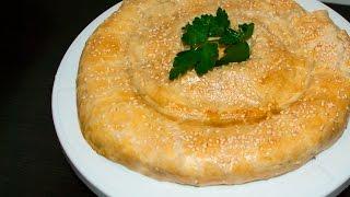 Пирог-рулет с сыром и зеленью из слоеного теста