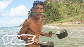 無人島で孤独に暮らす全裸の男 - In Subtropical Solitude