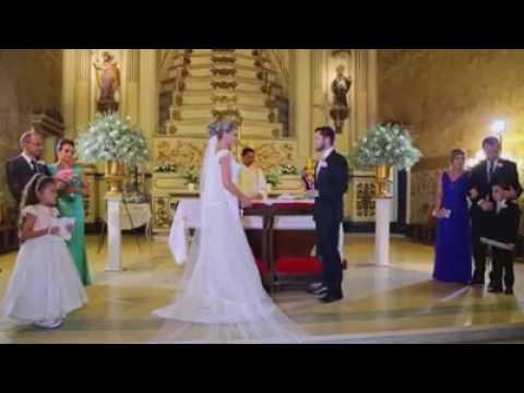 Esposo que le canta aleluya a su mujer en el día del casamiento