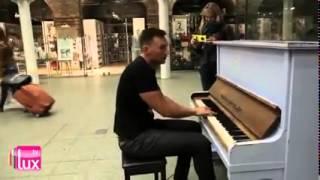 """Хлопець виконує пісню Океану Ельзи """"Стіна"""" в аеропорту Лондона"""