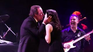 JULIO IGLESIAS - Lo que pasa cuando una fan sube al escenario