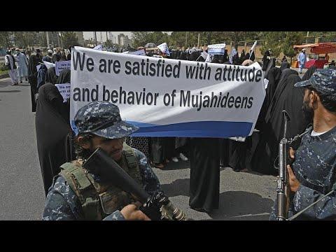 شاهد: مئات الأفغانيات المنقبات -راضيات بسلوك المجاهدين- يحتشدن بجامعة كابول لدعم طالبان …  - 18:54-2021 / 9 / 11
