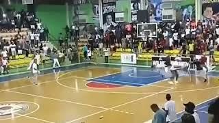 مشاجرة في مباراة كرة السلة تنقلب إلى ميدان اقتتال بالكراسي