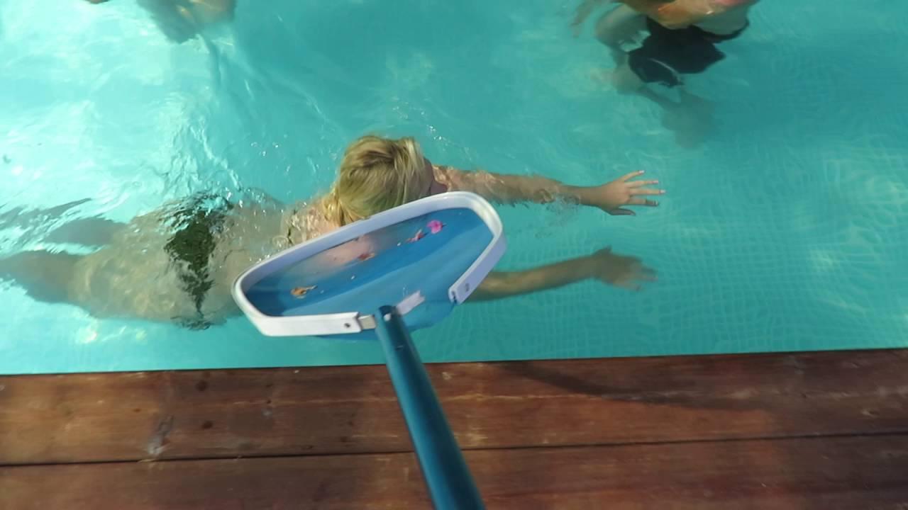 Молодежь у бассейна смотреть