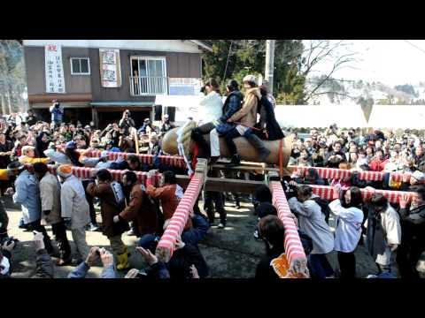 「ほだれ祭」で男根をかたどったみこしに乗る女性たち
