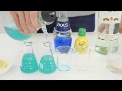 どう見ても実験中ですが「Periodic TableWare」でカクテルを作っている様子